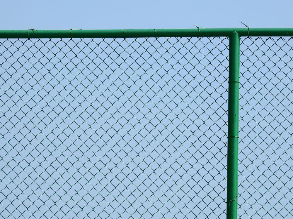 太陽光発電所の周りはフェンスで囲むことが義務付けられている!?